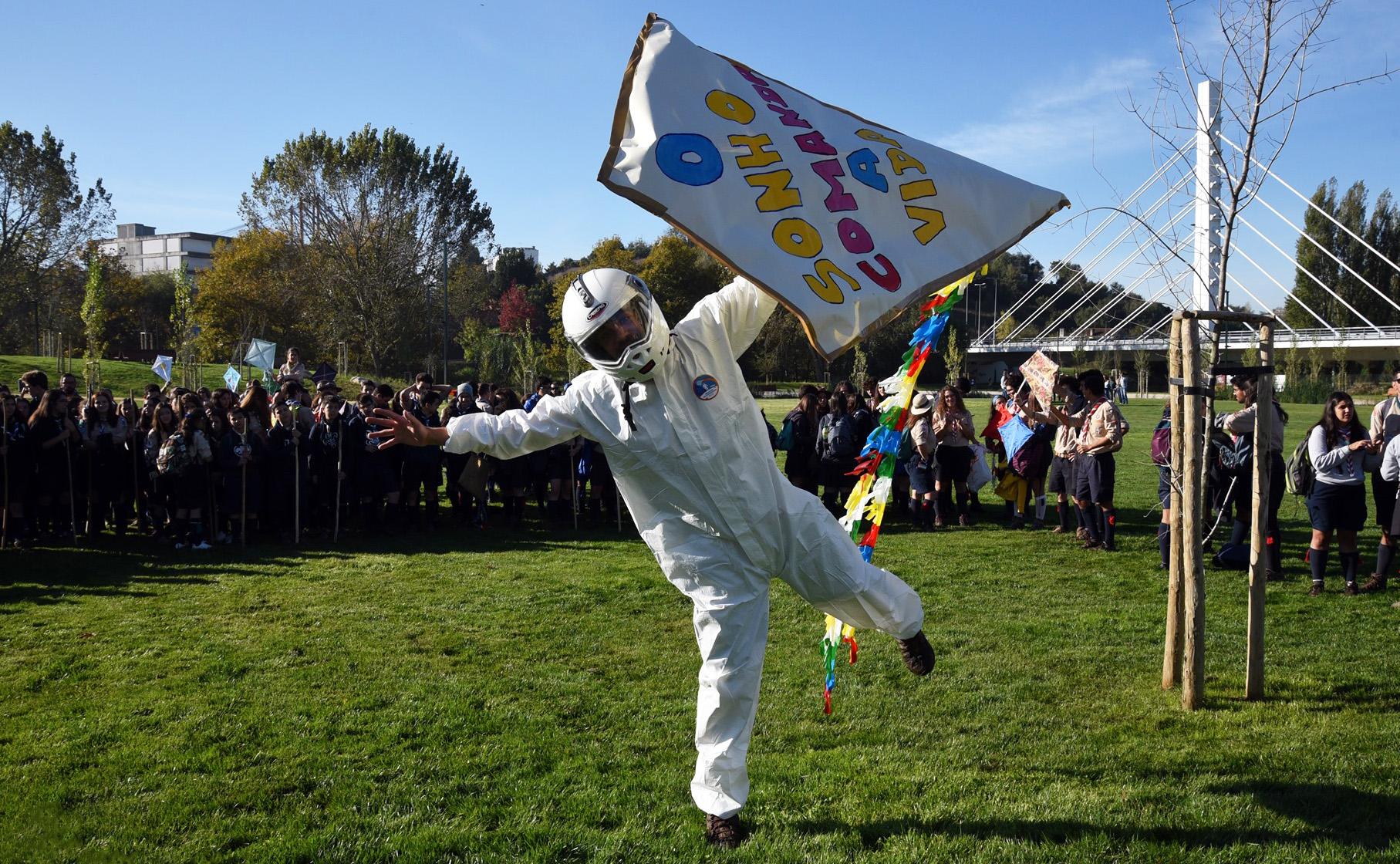 Os escuteiros foram desafiados a reviver a ida do Homem à Lua, mas num papagaio de papel.