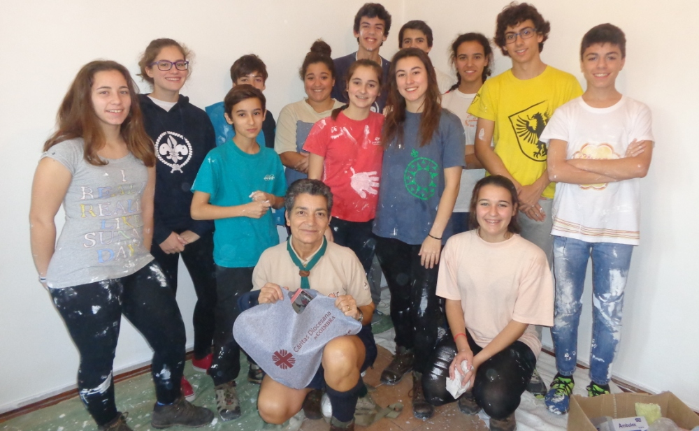 Grupo de Pioneiros do Agrupamento 776, na pintura da casa.